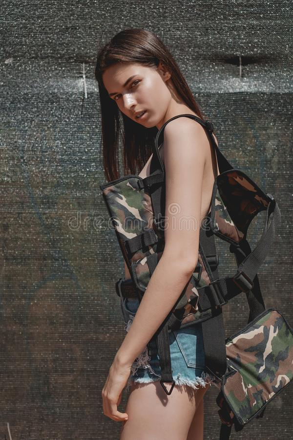 Mulher adorável, modelo elegante, com cabelo longo, moreno na veste da camuflagem fotografia de stock royalty free