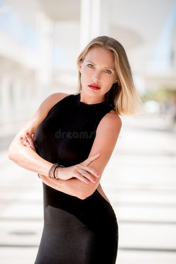 Mulher adorável no vestido preto fotografia de stock