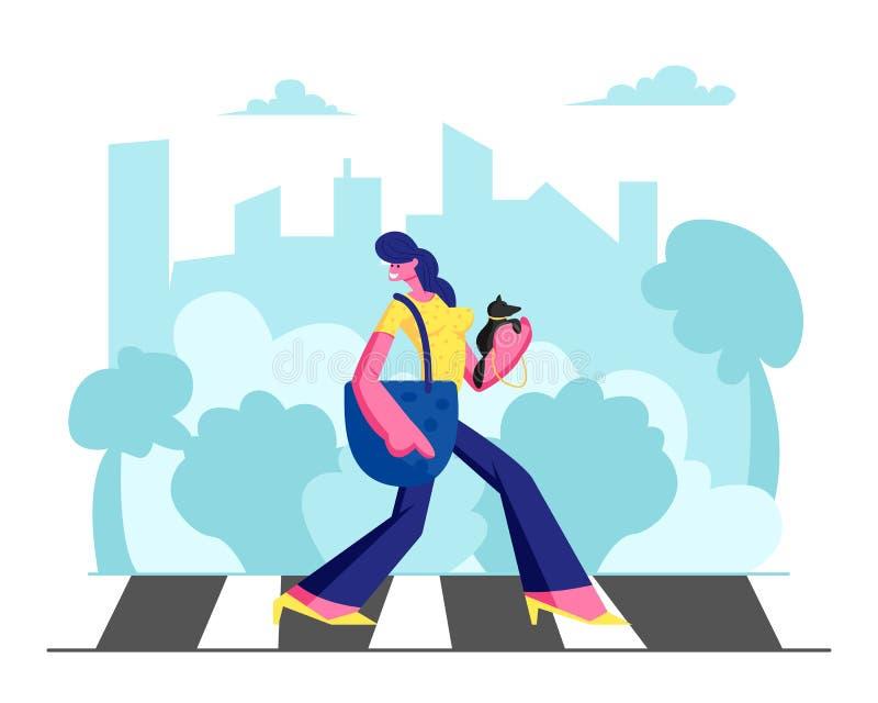 Mulher adorável nova no vestido formado com o cão pequeno nas mãos que anda ao longo da faixa de travessia na metrópole ocupada g ilustração stock