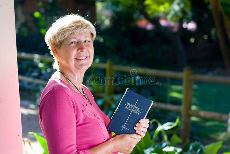 mulher adulta & Bíblia foto de stock royalty free