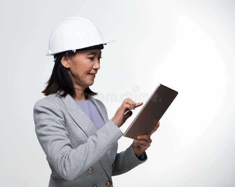 Mulher adulta asiática dos anos de Engineer 50s 60s do arquiteto fotografia de stock royalty free