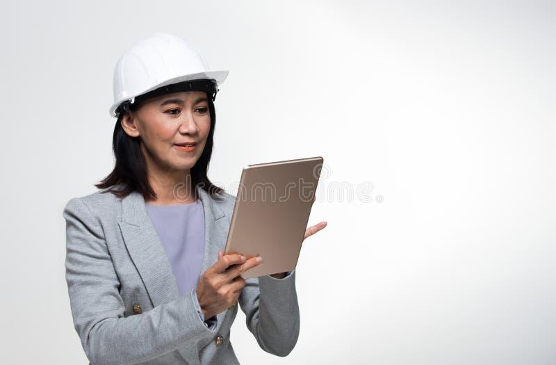 Mulher adulta asiática dos anos de Engineer 50s 60s do arquiteto imagem de stock