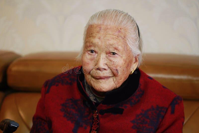 Mulher adulta asiática só e triste do chinês 90s fotografia de stock royalty free