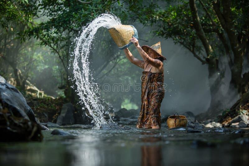 A mulher adulta asiática toma um banho foto de stock