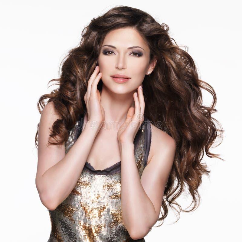 Mulher adulta bonita com cabelo encaracolado marrom longo fotos de stock royalty free