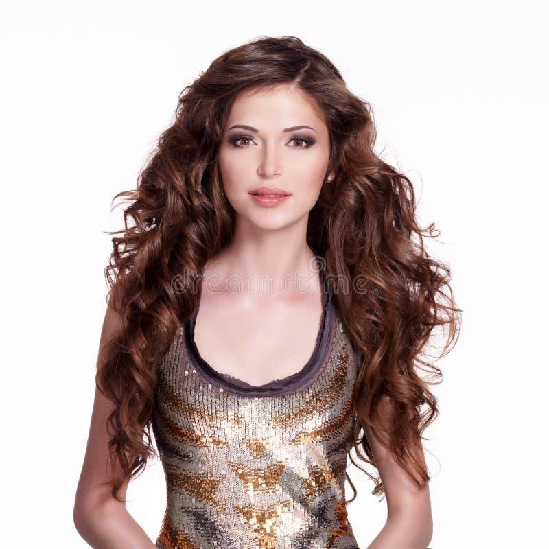 Mulher adulta bonita com cabelo encaracolado marrom longo imagens de stock royalty free
