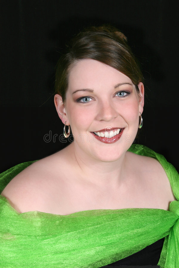 Mulher adulta bonita de Twenty-Five anos no preto fotos de stock