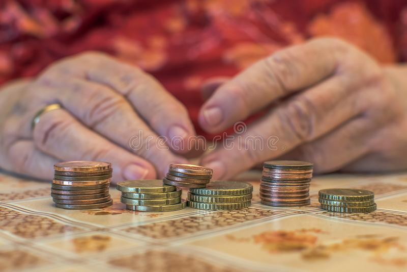 mulher adulta com problemas financeiros imagens de stock