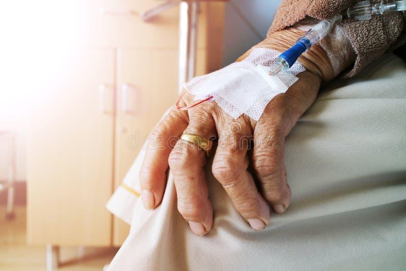 A mulher adulta com solução salina no hospital imagens de stock royalty free