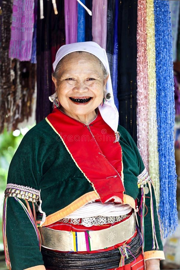 Mulher adulta de Lahu com dentes pretos fotografia de stock royalty free