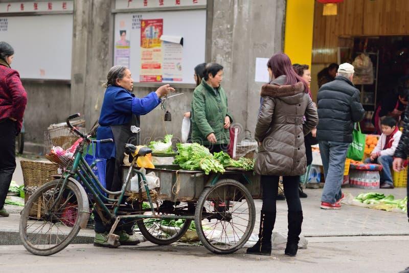 Mulher adulta de YAAN China-Um que vende vegetais fotos de stock royalty free