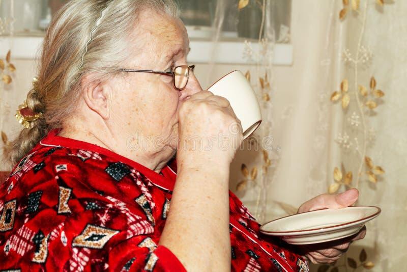 Mulher adulta e chá imagem de stock royalty free