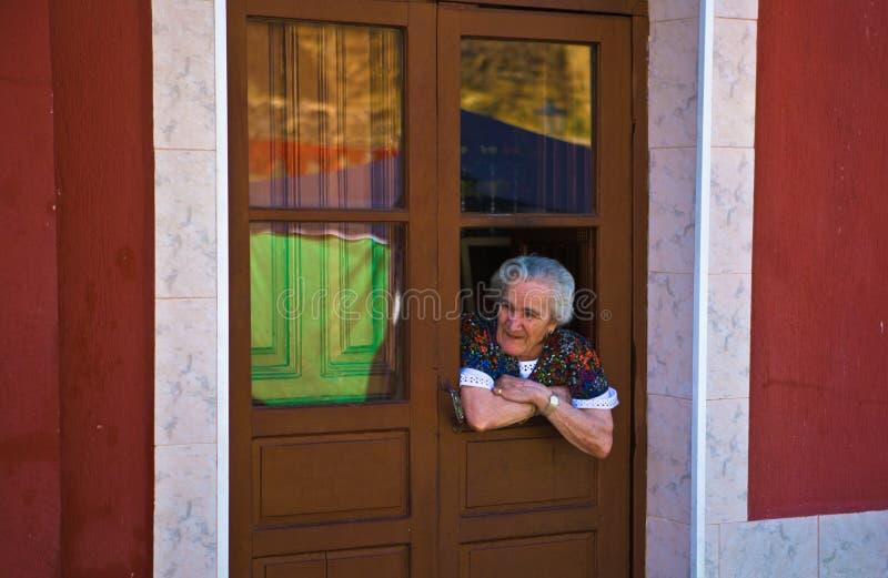 A mulher adulta espia visitantes de Almossasa fotos de stock royalty free