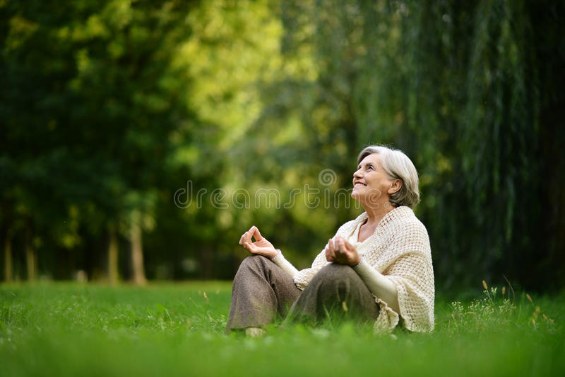 Mulher adulta feliz imagem de stock