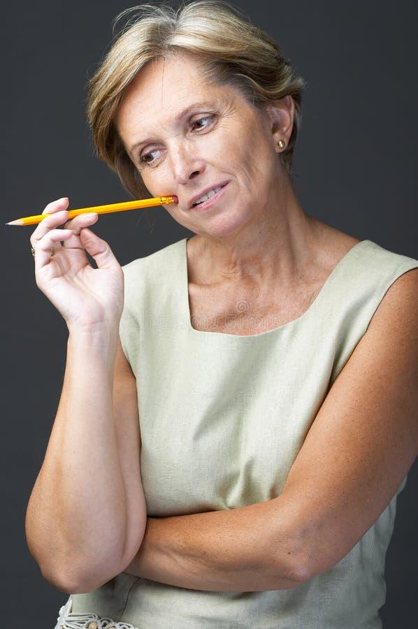 Mulher adulta meados de com lápis foto de stock