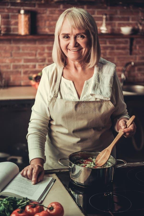 Mulher adulta na cozinha fotografia de stock royalty free