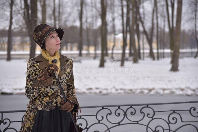 Mulher adulta na roupa velha fotografia de stock