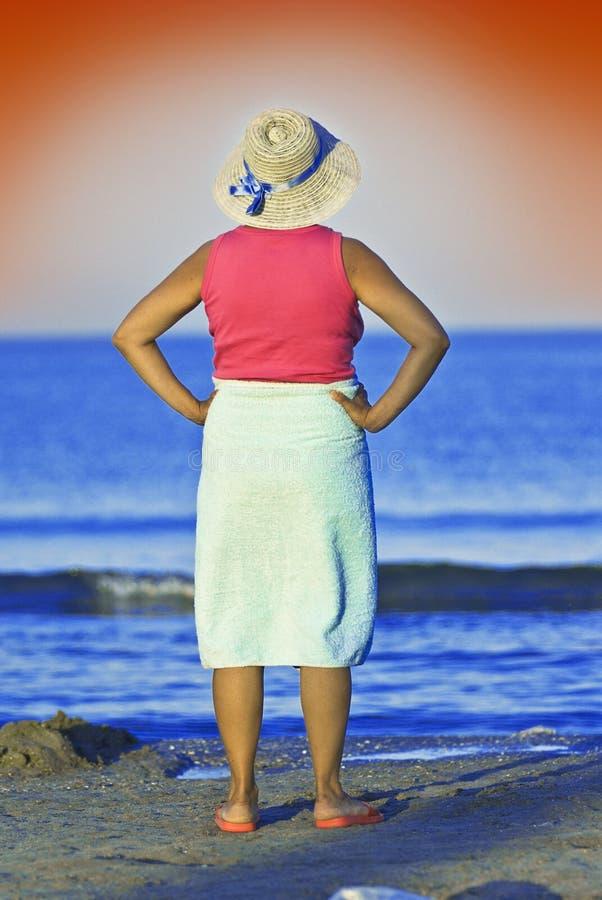 Mulher adulta no beira-mar imagem de stock