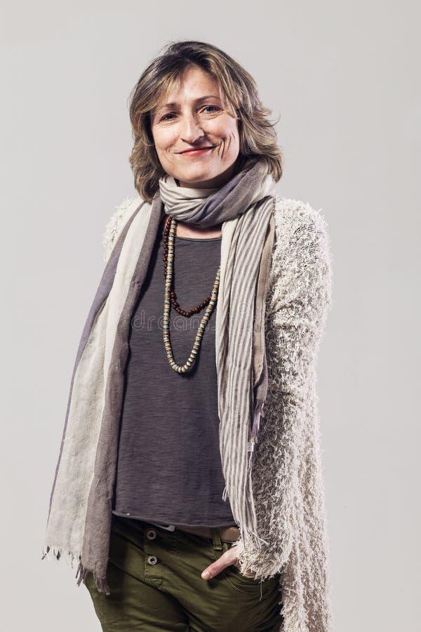 Mulher adulta no fundo branco fotografia de stock