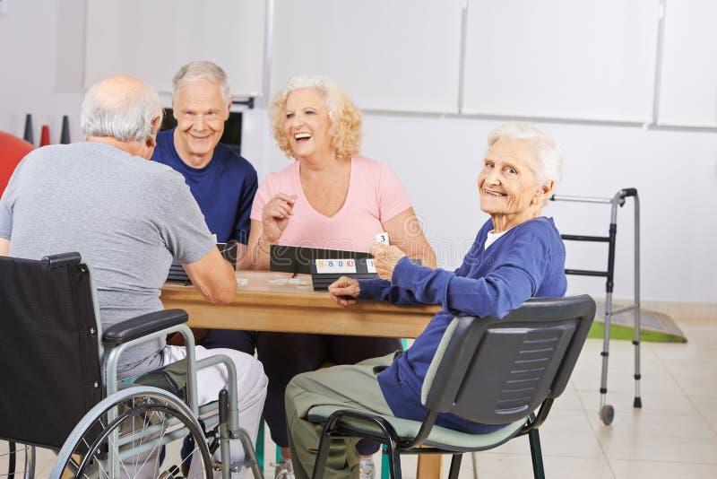 Mulher adulta no jogo do lar de idosos foto de stock