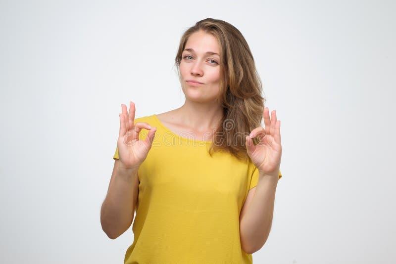 Mulher adulta nova atrativa que mostra o sinal aprovado imagem de stock royalty free