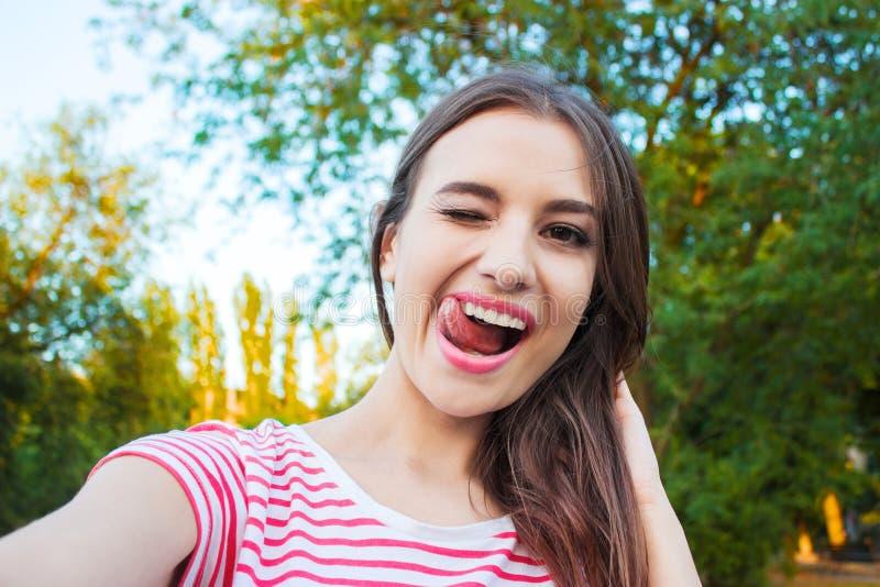 Mulher adulta nova bonita que toma a imagem dsi mesma, selfie imagens de stock royalty free