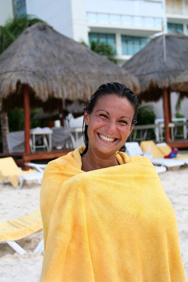 Mulher adulta nova envolvida em uma toalha imagens de stock