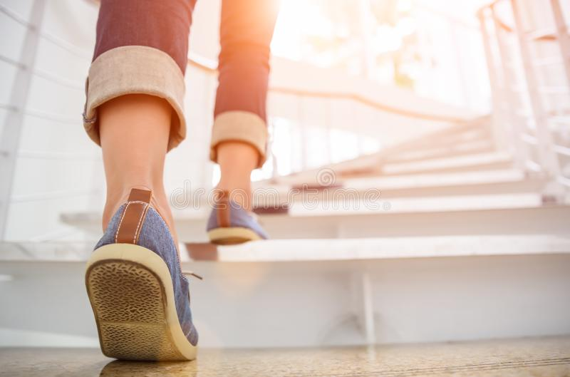 Mulher adulta nova que anda acima das escadas imagem de stock royalty free