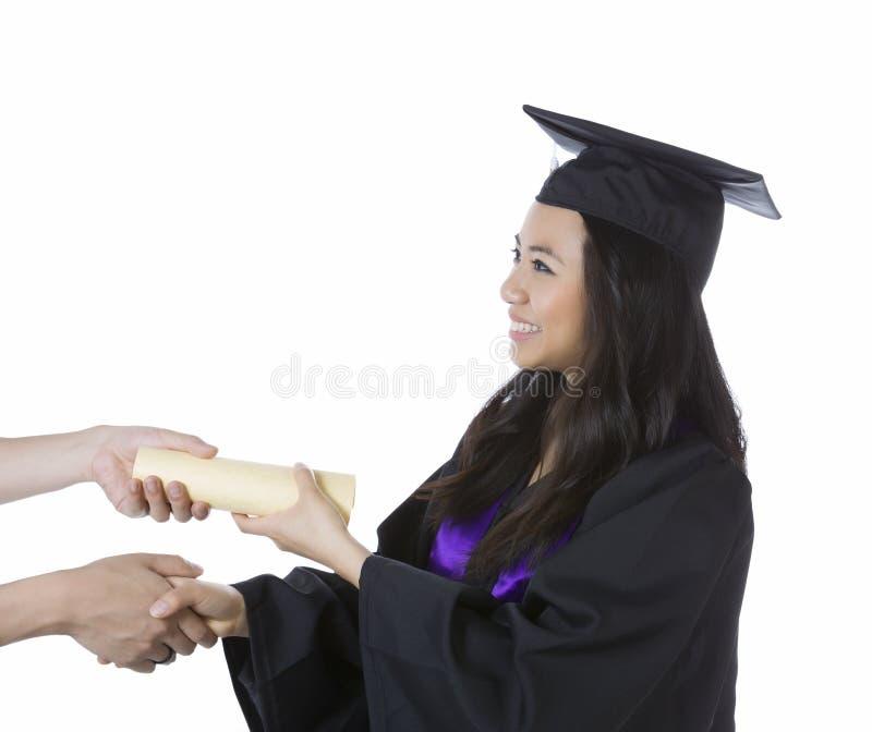 Mulher adulta nova que recebe seu diploma ao graduar-se imagens de stock