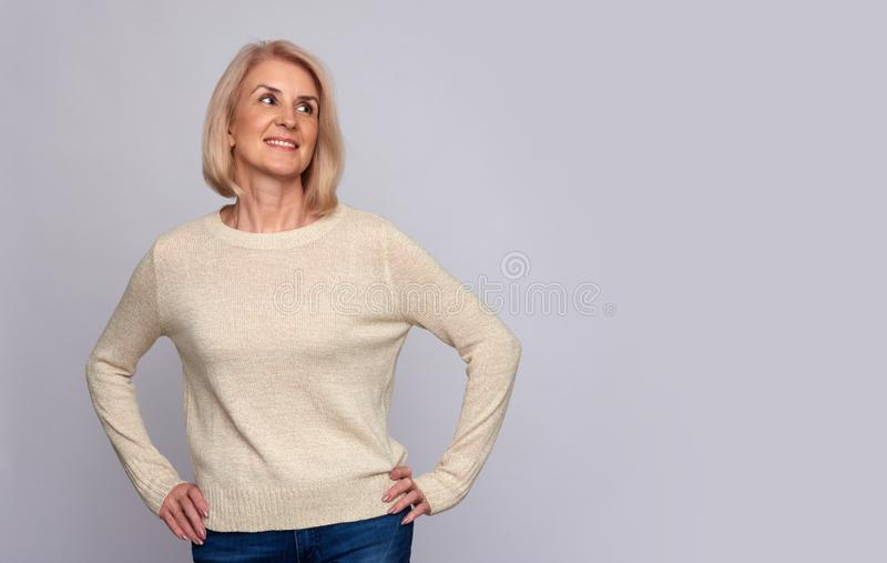 Mulher adulta ocasional segura que olha afastado Isolado foto de stock royalty free