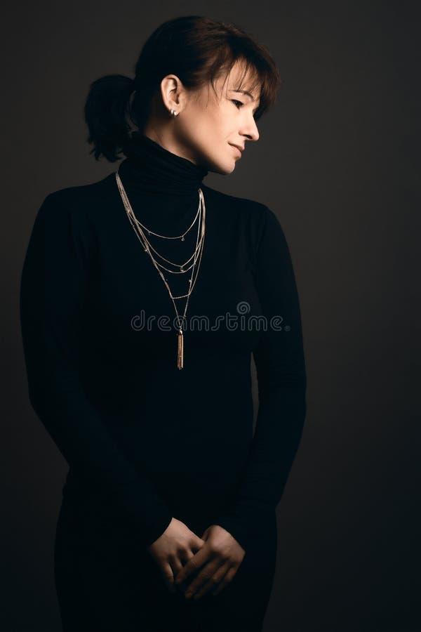 Mulher adulta, posição, olhando de lado fotografia de stock royalty free
