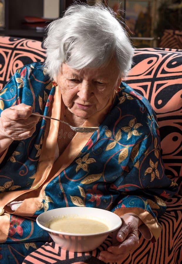 Mulher adulta que come a sopa imagens de stock royalty free