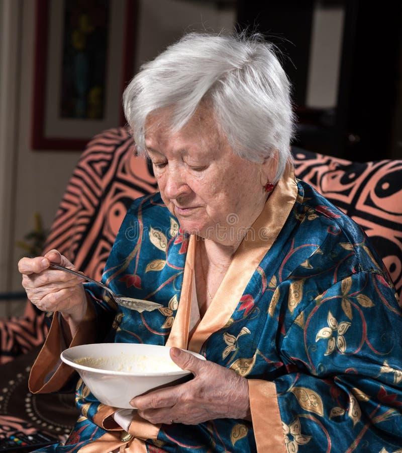 Mulher adulta que come a sopa imagens de stock