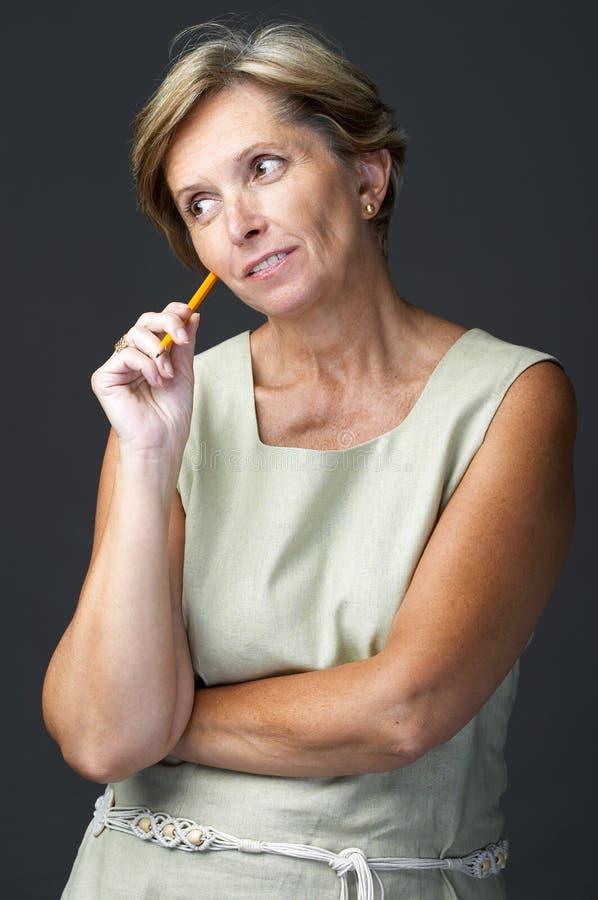 Mulher adulta que contempla imagem de stock royalty free