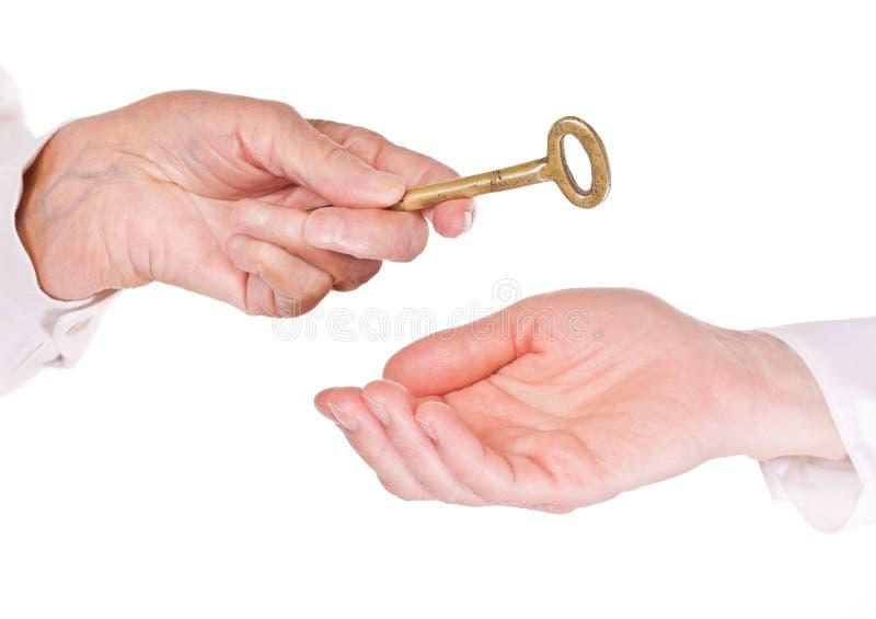 Mulher adulta que entrega chaves fotografia de stock royalty free