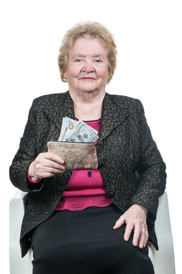 Mulher adulta que guarda a carteira com dinheiro fotos de stock