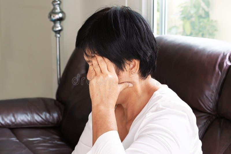 Mulher adulta que sofre da dor de cabeça, esforço, enxaqueca, conceito do problema de saúde fotos de stock