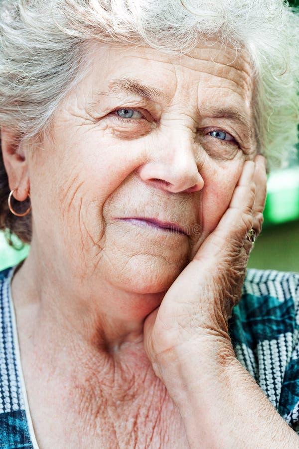 Mulher adulta sênior satisfeita feliz fotografia de stock