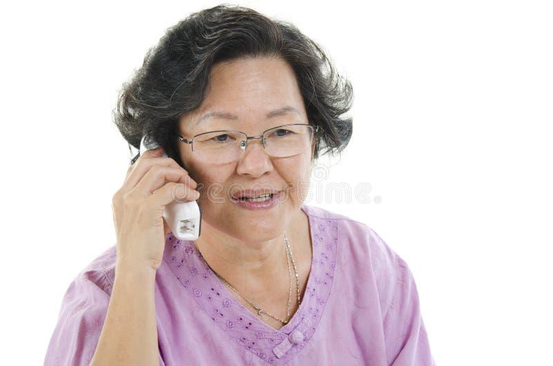 Mulher adulta superior que chama o telefone fotografia de stock