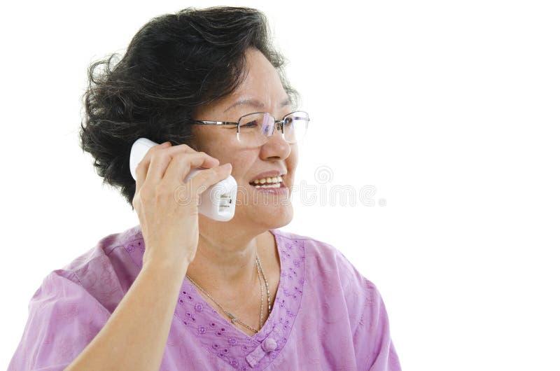 Mulher adulta superior que chama o telefone fotos de stock royalty free