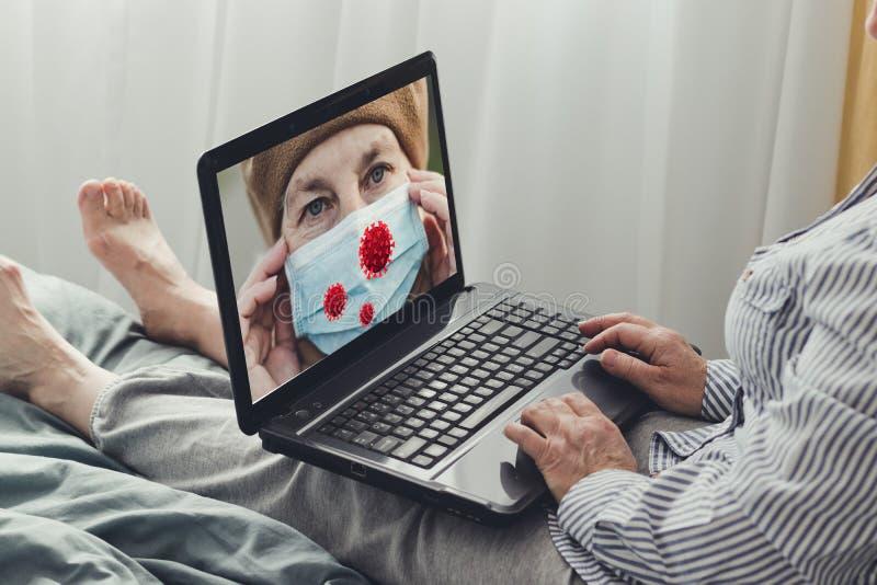 Mulher adulta usa laptop e assiste notícias sobre coronavírus e proteção Notícias da Internet, conceito de ficar em casa Covid fotos de stock
