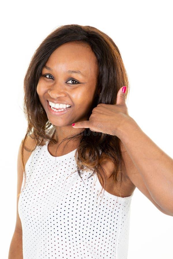 A mulher africana americana feliz da raça misturada faz chama-me gesto com mão fotos de stock