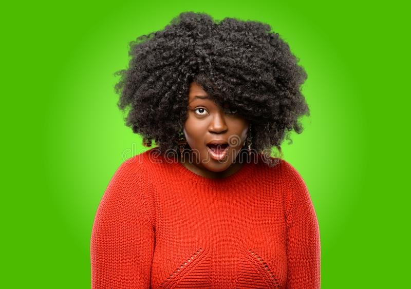 Mulher africana bonita com cabelo curly foto de stock royalty free