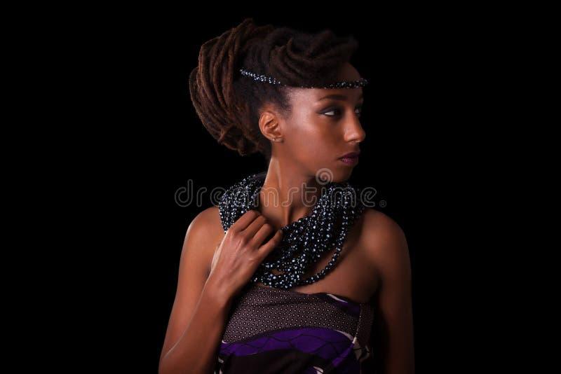 Mulher africana bonita nova que veste a joia tradicional, isolador imagens de stock