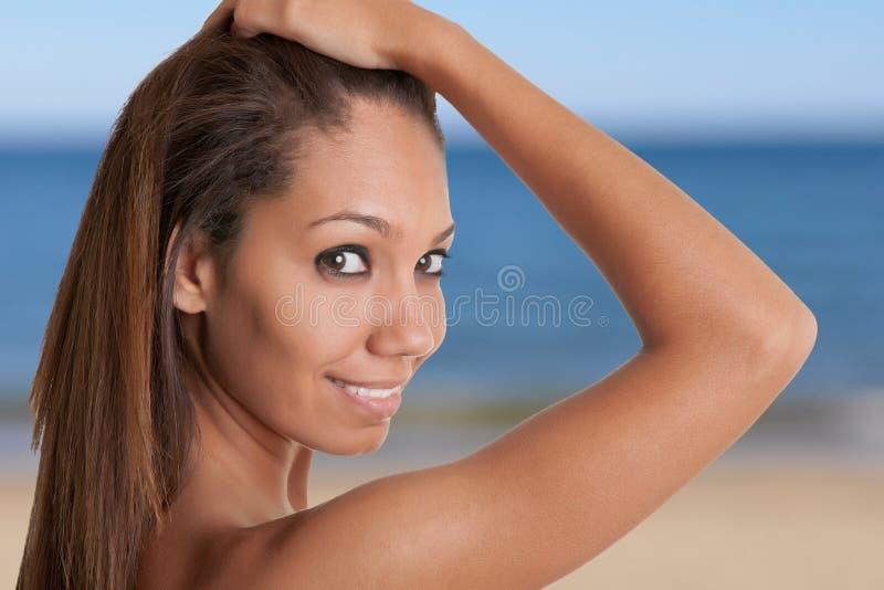 Mulher africana bonita que guarda seus cabelo e sorriso imagem de stock royalty free