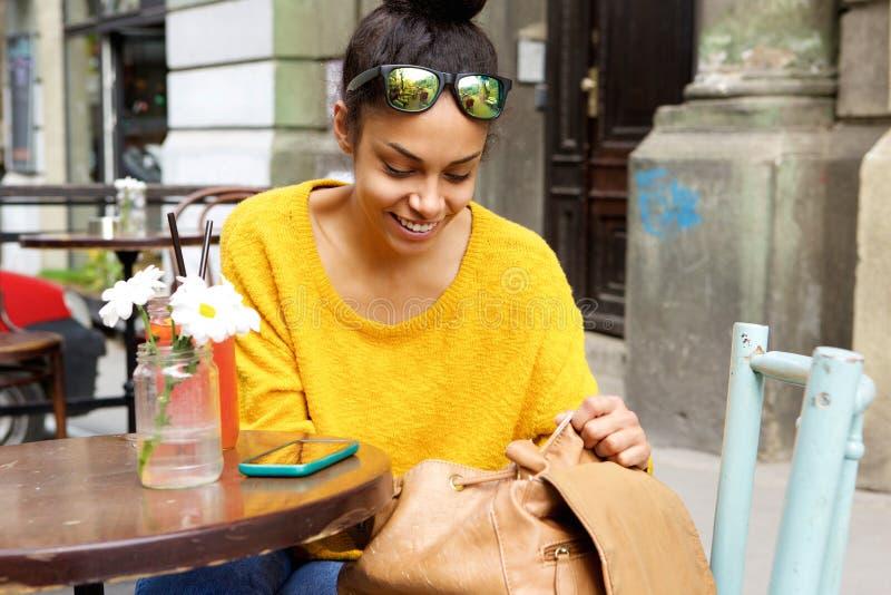 Mulher africana bonita que senta-se no café exterior imagem de stock