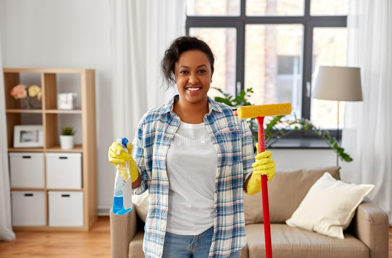 Mulher africana com detergente da janela e espanador de esponja fotografia de stock royalty free