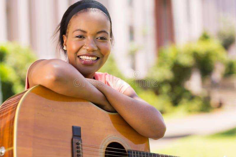 Mulher africana com guitarra fotografia de stock
