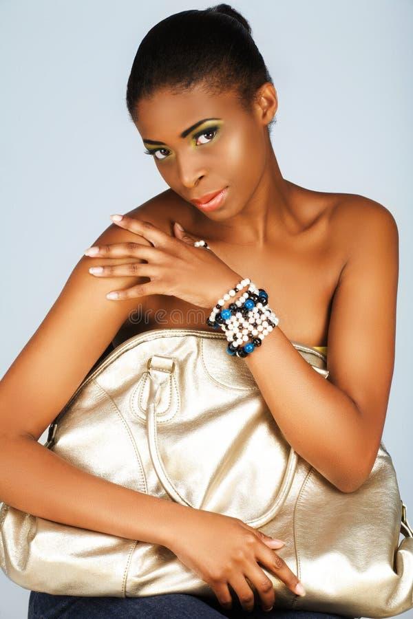 Mulher africana com saco de prata fotos de stock royalty free