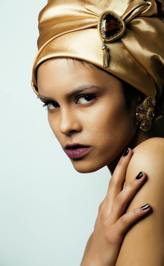 Mulher africana da beleza no xaile na cabeça, olhar muito elegante com joia do ouro fotos de stock